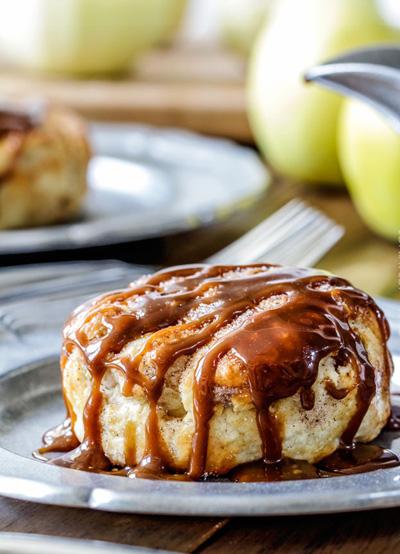 چگونه پیراشکی سیب با سس بادام درست کنیم؟