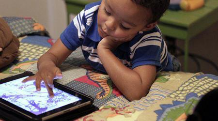 هشدار درباره عوارض بازی کودکان با گوشی قبل خواب